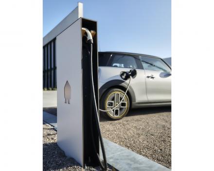 Elektrische laadpalen. Gebruik uw opgewekte energie slim om uw wagen of wagenpark op te laden. ETS elektro